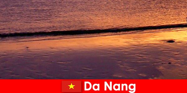 Đà Nẵng là một thị trấn ven biển ở miền trung Việt Nam và nổi tiếng với những bãi biển đầy cát