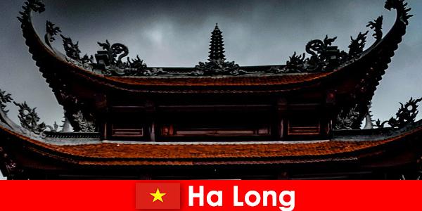 Hạ Long được gọi là một thành phố của văn hóa giữa người lạ
