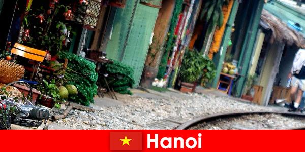 Hà Nội là thủ đô hấp dẫn của Việt Nam với những con đường hẹp và xe điện