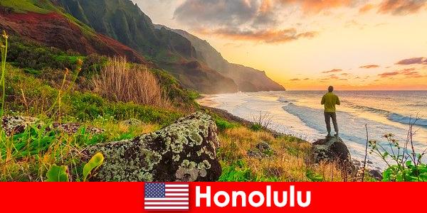 Honolulu được biết đến với các bãi biển, biển, cảnh hoàng hôn cho sức khỏe và ngày lễ giải trí