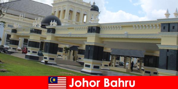 Johor Bahru thành phố tại cảng không chỉ thu hút các tín hữu cho các nhà thờ Hồi giáo cũ mà còn du khách