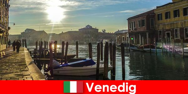 Du khách có kinh nghiệm lịch sử của Venice trên một đi bộ lên gần