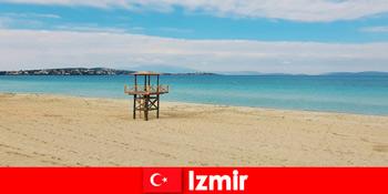 Khách du lịch thư giãn bị mê hoặc bởi những bãi biển ở Izmir Thổ Nhĩ Kỳ
