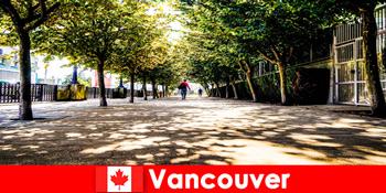 Hướng dẫn viên thành phố Canada Vancouver đồng hành cùng khách du lịch ở nước ngoài ở các góc địa phương