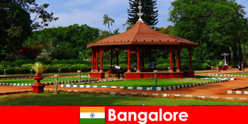 Khách du lịch từ nước ngoài có thể mong đợi những chuyến đi thuyền tuyệt vời và những khu vườn tuyệt vời ở Bangalore Ấn Độ