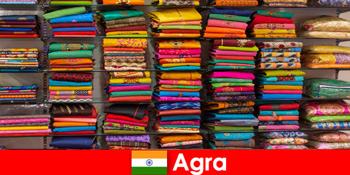 Các nhóm du lịch từ nước ngoài mua vải lụa giá rẻ ở Agra Ấn Độ