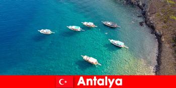 Khách du lịch sử dụng thời gian cuối cùng của ánh nắng mặt trời cho một kỳ nghỉ ở Antalya Thổ Nhĩ Kỳ